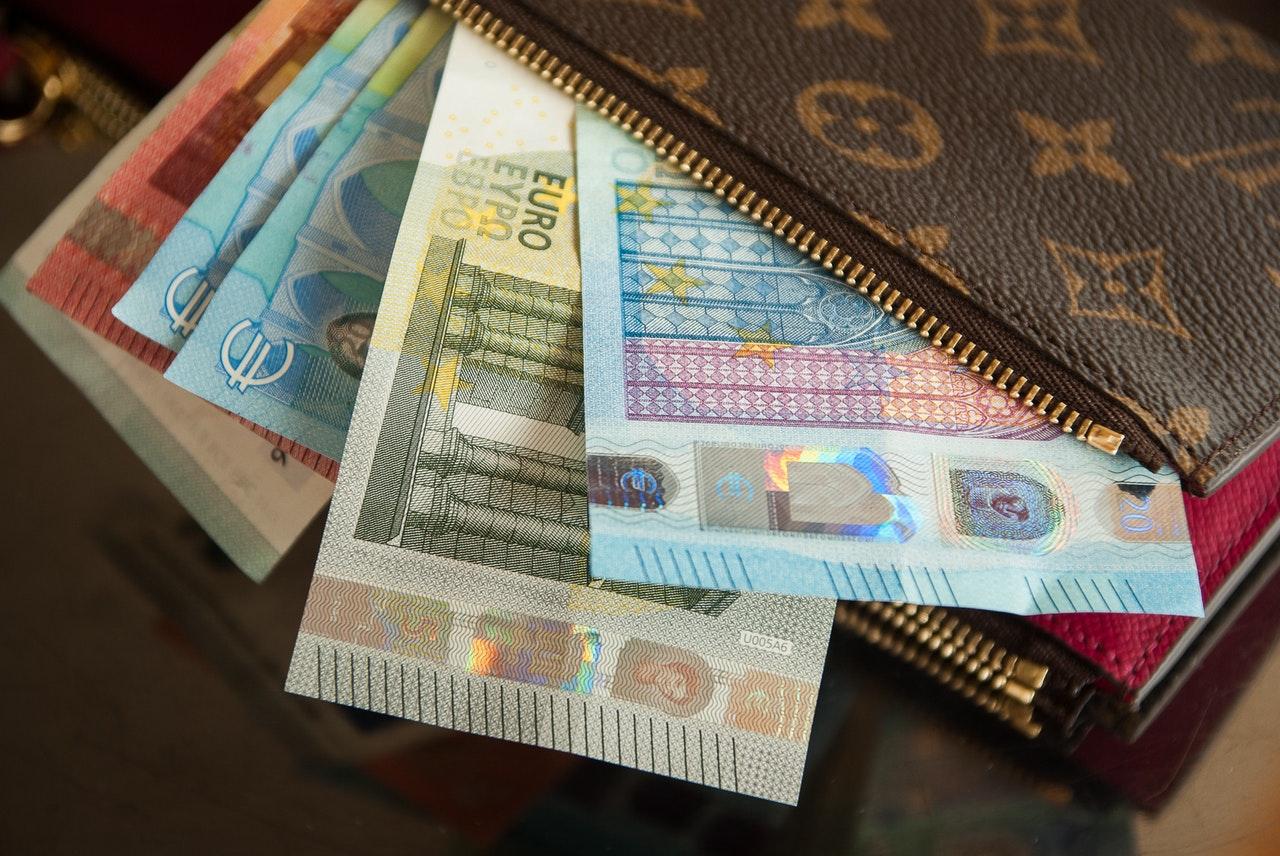 bank-notes-cash-close-up-417395